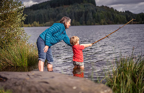 woman-and-young-child-fishing-in-loch-lomond