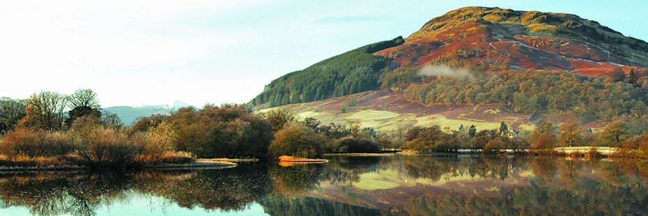 sron-a-chlachain-hill-above-loch-tay-with-beautiful-reflection-of-autumn-colour-trees-in-the-water